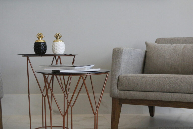 Sofá com mesa de canto